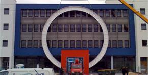 Profil 4, Kreissegmente freischwebend vor Fassade